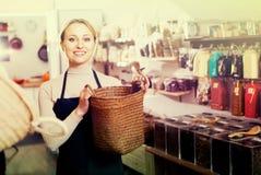Vendedor de sexo femenino en tienda orgánica Fotos de archivo libres de regalías