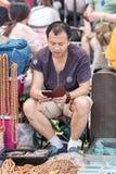 Vendedor de sexo masculino en el mercado de Panjiayuan, Pekín, China Imágenes de archivo libres de regalías