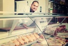 Vendedor de sexo masculino en la sección halal en el supermercado imagen de archivo
