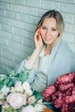 Vendedor de Small Business Flower do florista da mulher foto de stock