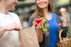 Vendedor de sorriso e sorriso no mercado Foto de Stock Royalty Free