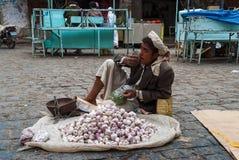 Vendedor del ajo en Yemen Fotografía de archivo