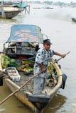 Vendedor del barco en el río de Musi, Palembang, Indonesia imagenes de archivo
