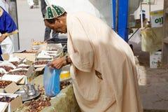 Vendedor del berber de la fruta de las fechas Imagen de archivo libre de regalías