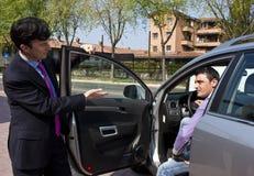 Vendedor del coche y cliente de la perspectiva Fotos de archivo libres de regalías