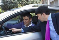 Vendedor del coche y cliente de la perspectiva Imagen de archivo libre de regalías