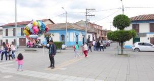 Vendedor del globo de la estación del cuadrado de Colombia Cajica almacen de video