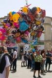 Vendedor del globo en un partido del pueblo en España imagenes de archivo