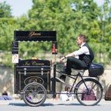 Vendedor del helado con la bicicleta Foto de archivo