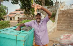 Vendedor del helado en la calle que demuestra la calidad del postre Fotos de archivo libres de regalías