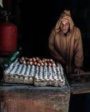 Vendedor del huevo imagenes de archivo