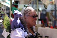 Vendedor del mercado del puente de Hebden con el dragón asombroso Foto de archivo libre de regalías