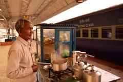 Vendedor del té que busca al cliente en una estación Imagen de archivo libre de regalías