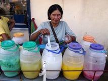 Vendedor del zumo de fruta en la ciudad Filipinas del antipolo en Asia fotos de archivo