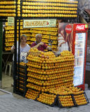 Vendedor del zumo de naranja en lado Imagen de archivo