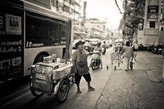 Vendedor do alimento da rua em Banguecoque Tailândia Fotos de Stock