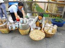 Vendedor do alimento da rua em Chiang Ria, Tailândia Fotografia de Stock