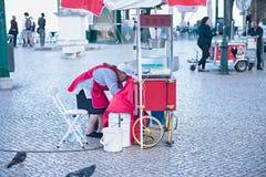 Vendedor do alimento da rua que vende o milho Fotos de Stock