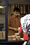 Vendedor do café que empacota grãos de café naturais em mais quartier velho, I Imagem de Stock Royalty Free