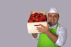 Vendedor do fruto com a caixa das maçãs Imagens de Stock