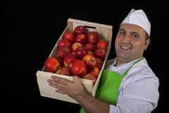 Vendedor do fruto com a caixa das maçãs Fotografia de Stock
