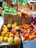 Vendedor do fruto na avenida superior da zona leste que vende frutas e legumes americanas e mexicanas frescas imagens de stock