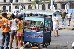 Vendedor do gelo em ruas de Havana Foto de Stock