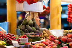 Vendedor do mercado de frutos do pêssego do abacate da cereja Foto de Stock