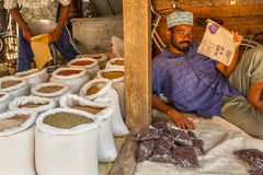 Vendedor do mercado velho da cidade, cidade de pedra, Tanzânia Fotografia de Stock