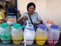Vendedor do suco de fruto na cidade Filipinas do antipolo em Ásia fotos de stock