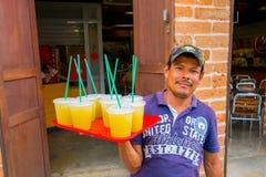 Vendedor do suco de laranja nas ruas de Medellin Fotografia de Stock Royalty Free