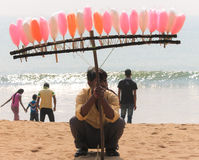 Vendedor doce na praia do mar Fotos de Stock Royalty Free