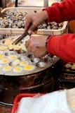 Vendedor dos ovos fritados foto de stock