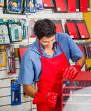 Vendedor With Drill Bit y caja de herramientas en tienda fotografía de archivo