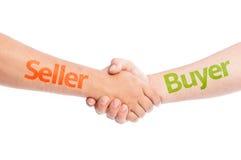 Vendedor e comprador que agitam as mãos imagens de stock