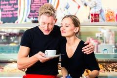 Vendedor e garçom do gelado que trabalham no café Imagens de Stock Royalty Free