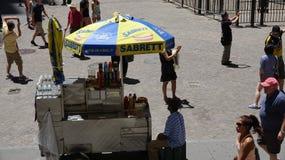 Vendedor e turistas de alimento foto de stock