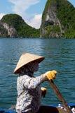 Vendedor em seu barco imagens de stock