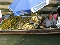 Vendedor en el barco, mercado de Amphawa, Tailandia Foto de archivo libre de regalías