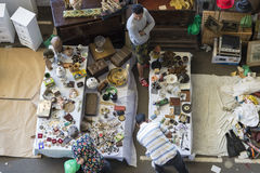 Vendedor en el mercado de pulgas (Barcelona, encants de los els) Fotos de archivo