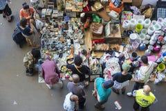 Vendedor en el mercado de pulgas (Barcelona, encants de los els) Imagenes de archivo