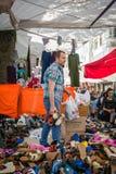 Vendedor en el mercado turco en Estambul fotos de archivo