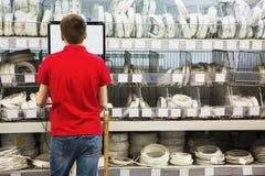 Vendedor en el ordenador para el inventario imagenes de archivo