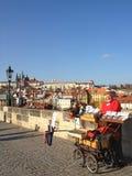 Vendedor en el puente Praga de Charles Foto de archivo