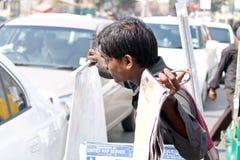 Vendedor en el tráfico la señal-India Imágenes de archivo libres de regalías