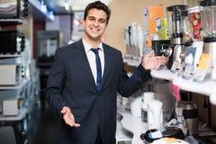 Vendedor en la pequeña sección de los aparatos electrodomésticos Fotografía de archivo libre de regalías