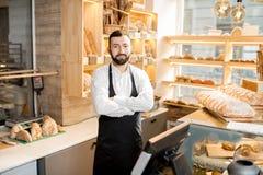 Vendedor en la tienda del pan Fotografía de archivo