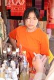 Vendedor en mercado imagen de archivo
