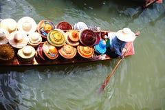 Vendedor en mercado flotante en Tailandia Imagen de archivo libre de regalías