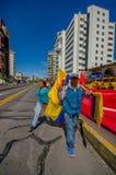 Vendedor equatoriano da bandeira que anda na cidade ensolarada Foto de Stock Royalty Free